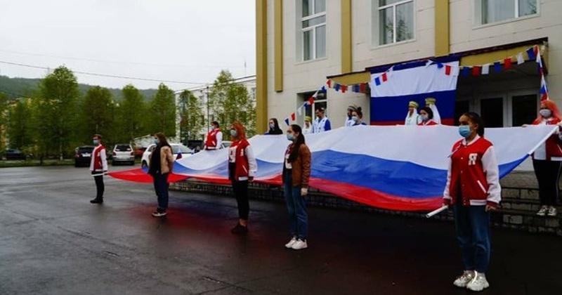 Молодогвардейцы поздравили колымчан с Днем России