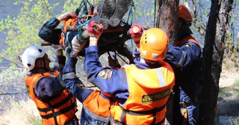 """""""Пострадавшего"""" рыбака переправили через реку спасатели Магадана"""