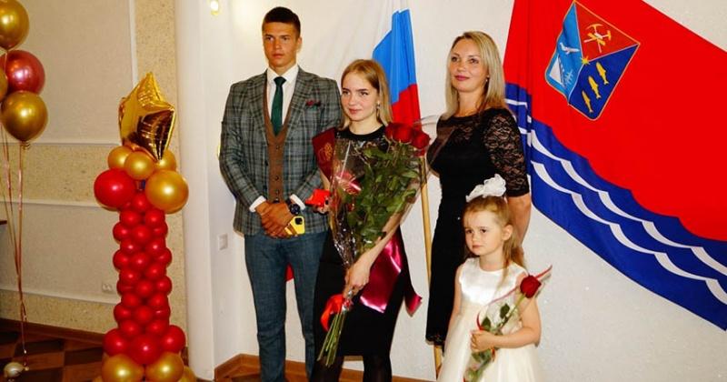Хасынские медалисты получили по 50 тысяч от колымского депутата Александра Басанского