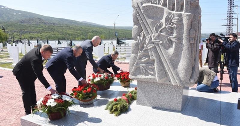 На Марчеканском кладбище прошла торжественная церемония возложения цветов к памятному знаку и могилам ветеранов