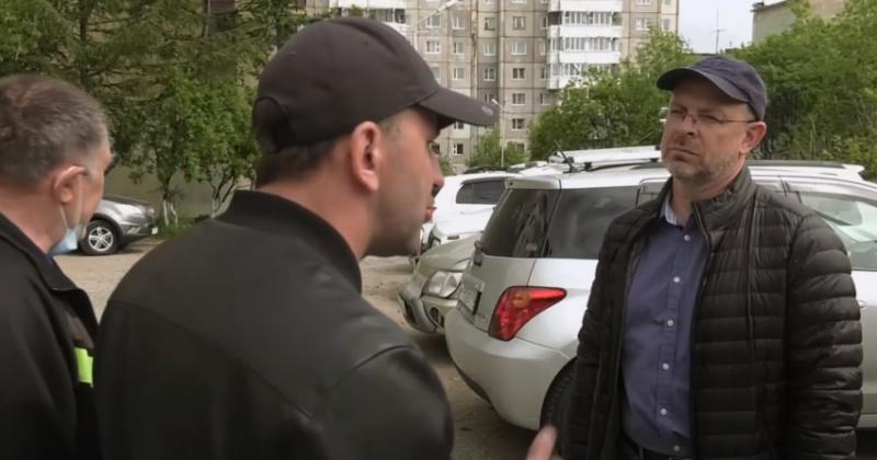Руководитель волонтёрского центра  #мывместе Игорь Розинов помог в благоустройстве одного из магаданских дворов