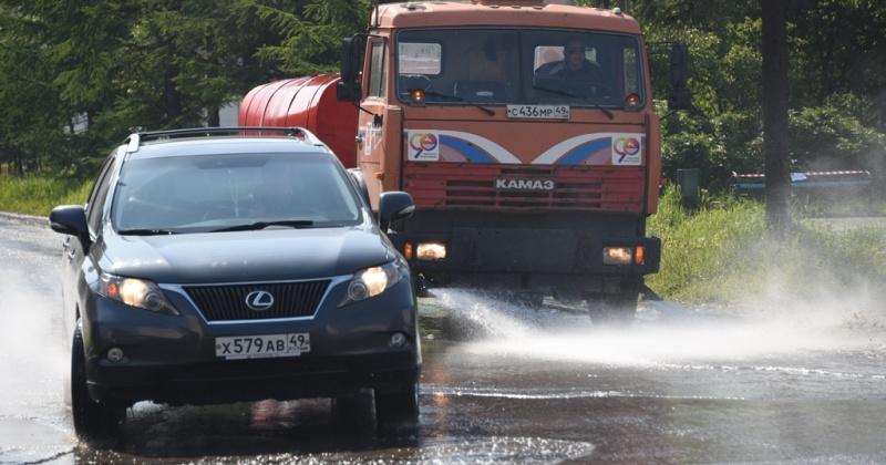 Каждый день в Магадане моют автомобильные дороги