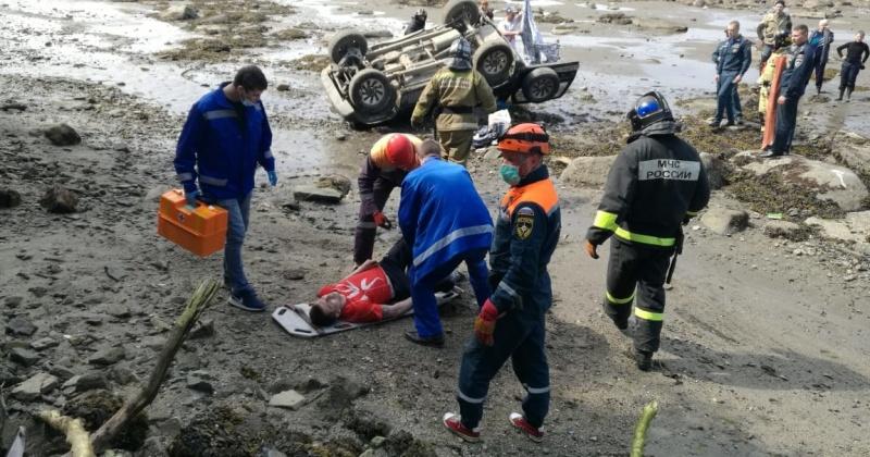 Автомобиль Сузуки Эскудо упал  с высоты 15 метров в море в Магадане