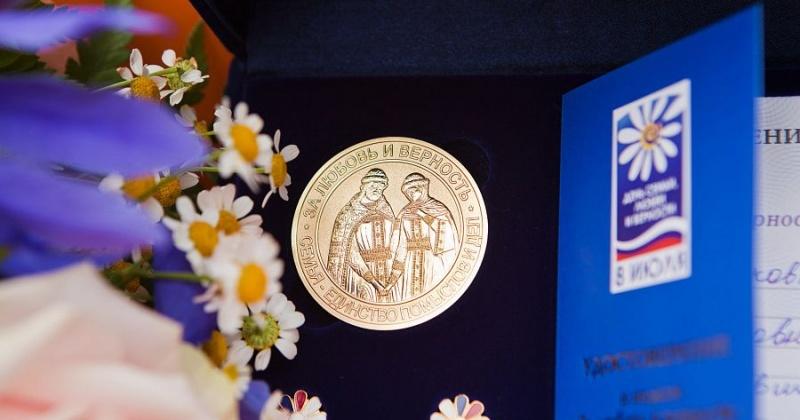 Около 350 браков за полгода и 82 медали «За любовь и верность»: колымские семьи празднуют Всероссийский день семьи, любви и верности