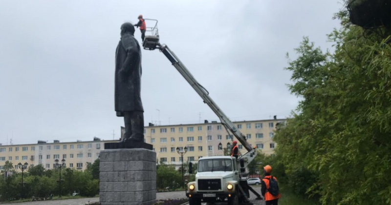 Специалисты КЗХ демонтировали шипы с головы памятника Ленину в Магадане
