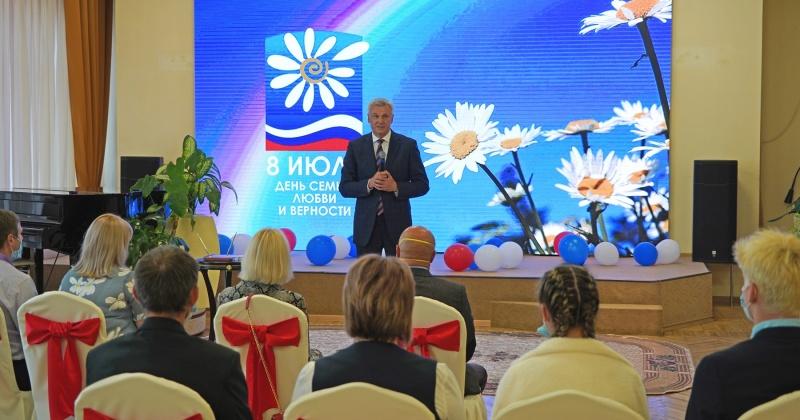 Губернатор Сергей Носов вручил колымским семьям награды «За любовь и верность»