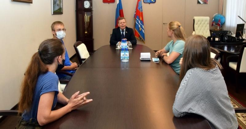 Об уникальной наледи в Тенькинском районе говорили российские ученые со спикером колымского парламента Сергеем Абрамовым