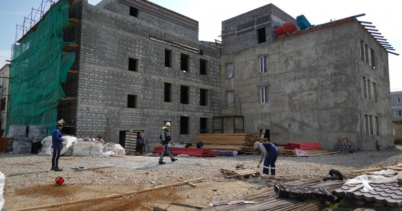 В магаданском онкодиспансере строители заканчивают укрепление стен и проемов