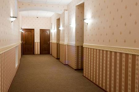 как поклеить обои в коридоре фото