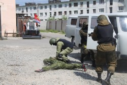 Юные колымчане посетили базу магаданского ОМОНа