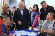 Удостоверение под номером один участника общественного движения Колымское братство вручили губернатору Владимиру Печеному