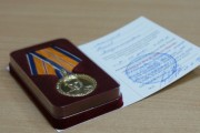 Начальник ГУ МЧС России по Магаданской области наградил медалями сотрудников