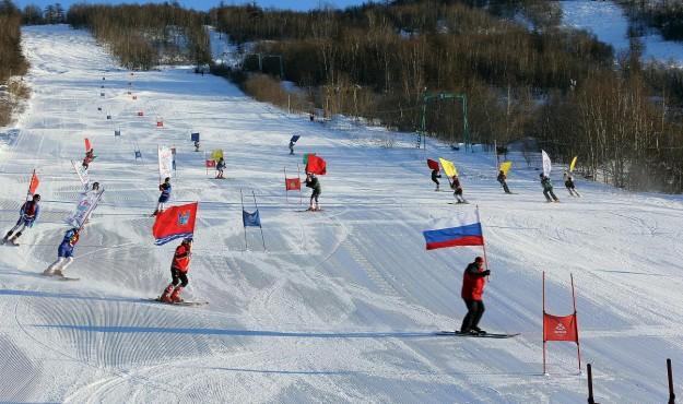 На снежные склоны вышли несколько сотен магаданских сноубордистов и лыжников различных возрастов и уровня подготовки