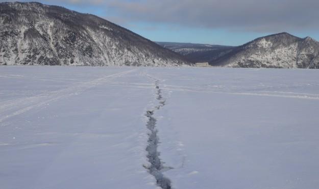 Губернатор Магаданской области принял постановление о запрете выхода и выезда на лёд всех видов автотранспорта