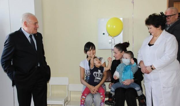 Владимир Печеный подарил пациентам магаданской областной больницы книги колымских авторов