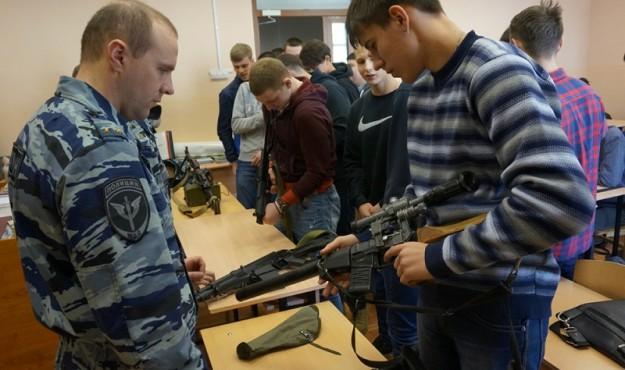 Бойцы спецподразделения УМВД России по Магаданской области провели «Урок мужества» для студентов