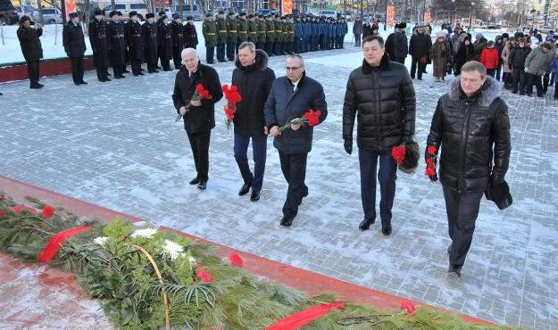 В Сквере Победы прошла торжественная церемония возложения цветов к монументу «Узел памяти»
