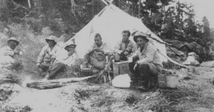 Памятный знак на месте высадки первой колымской геологической экспедиции