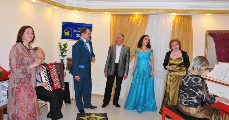В праздник Белых ночей горожан ждут                                    в Мемориальном музее-квартире и музыкальном  салоне  Вадима Козина