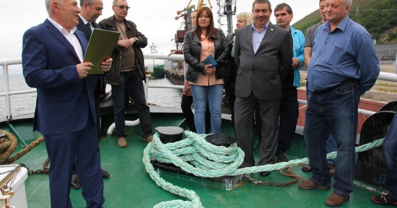 Губернатор Владимир Печеный поздравил рыбаков траулера «Си-хантер» с Днем рыбака