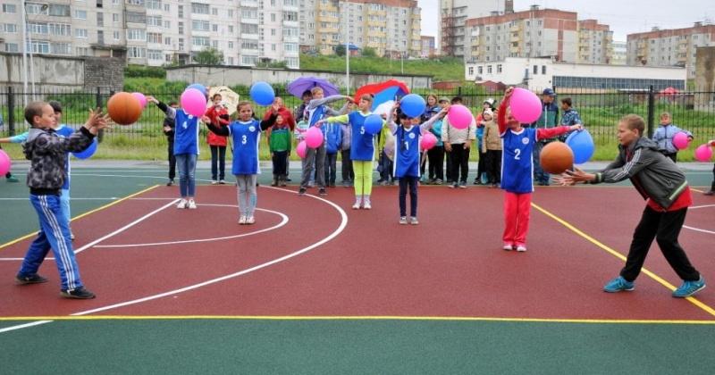 В магаданской школе № 29 появилась новая универсальная спортивная площадка с травмобезопасным покрытием