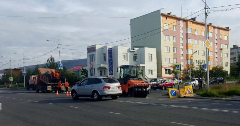 Более 5 тысяч квадратных метров свежего асфальта уложено на дорогах Магадана предприятием ГЭЛУД
