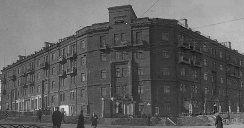 76 лет назад закончила работу комиссия по приёму 57-квартирного дома на Колымском шоссе (дом с часами)