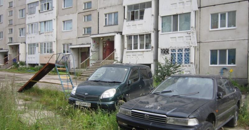 За парковку автомобилей на детских площадках Магадана, газонах, около электрических подстанций привлечено к ответственности  девять автовладельцев