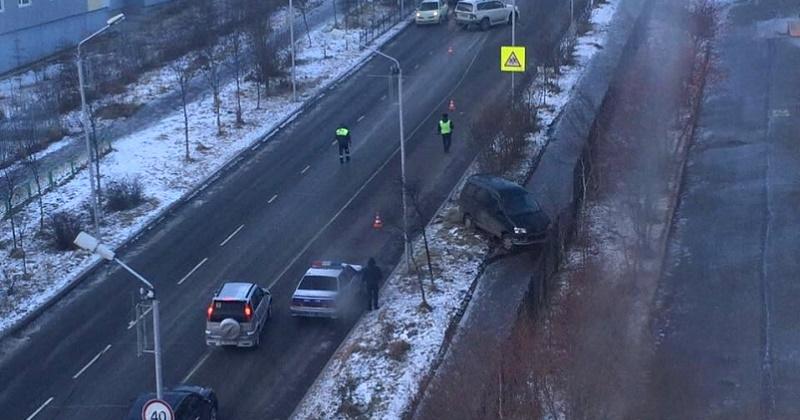 Микроавтобус «Тойота-Литайс-Ноах» врезался в  «Тойота-Ленд-Крузер» и вылетел на металлическое ограждение