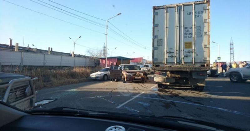 Три автомобиля столкнулись в Магадане