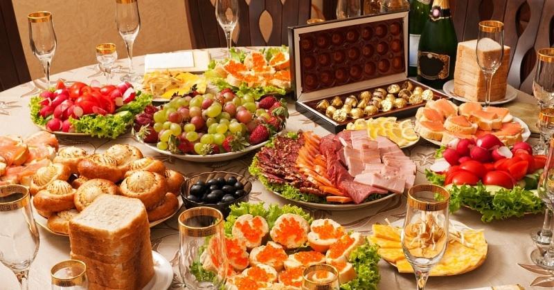 Специалисты не советуют заказывать еду для праздника через Интернет, особенно японские, корейские блюда с сырыми морепродуктами