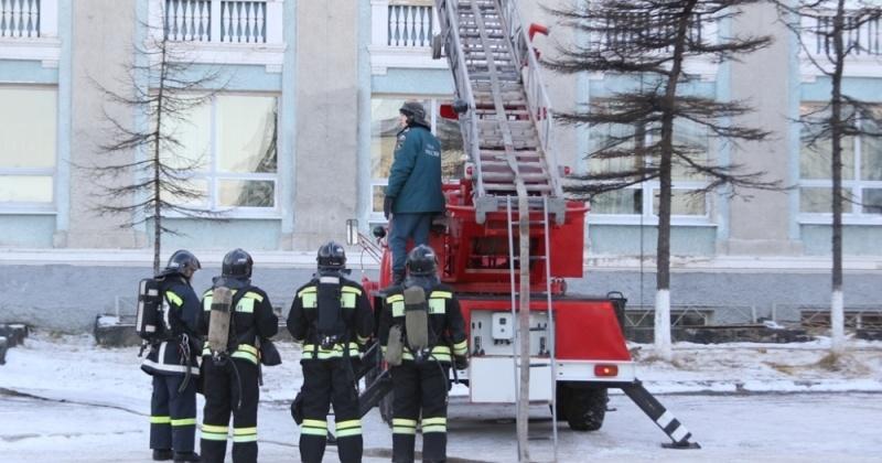 """43 пожарных  10 единиц техники """"тушили"""" пожар в магаданском театре"""