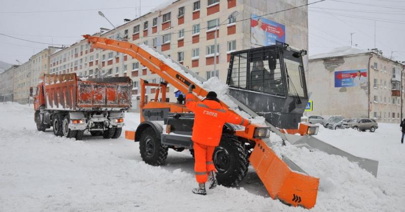 В снеговывозе и снегоуборке улиц Магадана задействованы комбинированные дорожные машины, автогрейдеры, самосвалы, роторы и другая техника