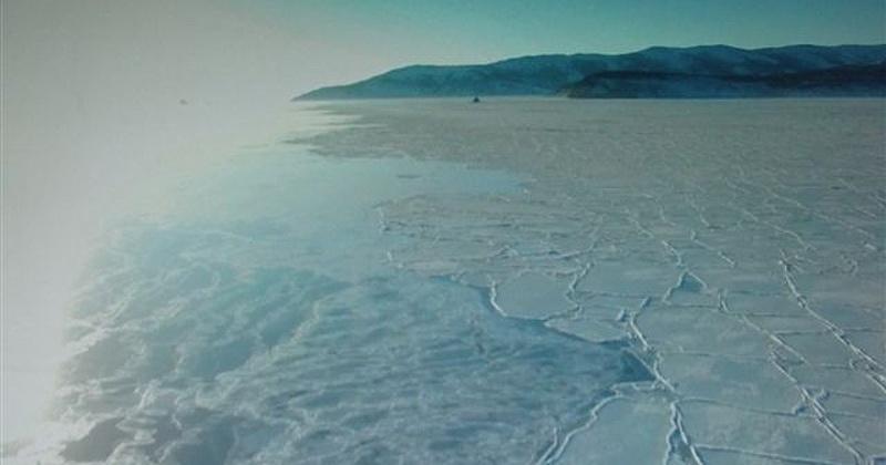 Тонкий лед бухты Гертнера сильно деформирован и повсеместно покрыт сетью сухих нитевидных, крестообразных трещин