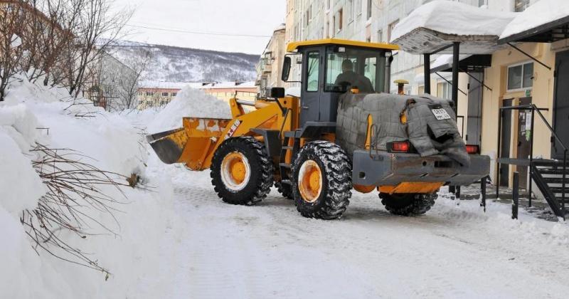 В Магадане после обильных снегопадов дворы и дороги оказались труднопроходимыми, что значительно прибавило работы городским коммунальным службам
