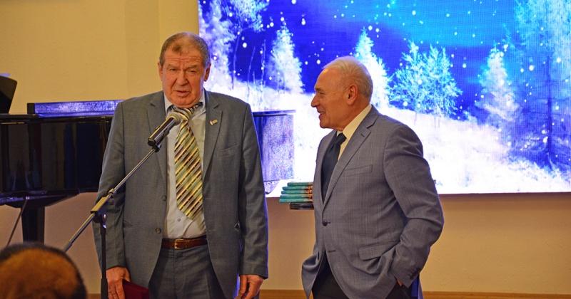 Колымский писатель Валерий Фатеев представил новую книгу «Районка»