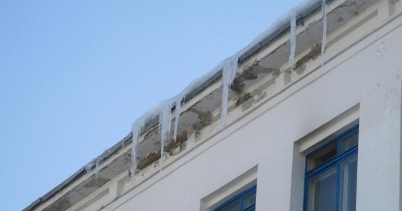 Удаление ледяных глыб и сосулек с крыш - одна из самых актуальных задач благоустройства Магадана в зимний и весенний периоды