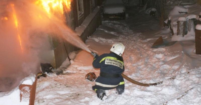 Сотрудники пожарной охраны ликвидировали загорание частного дома по Железнодорожному переулку, 12 в г. Магадане