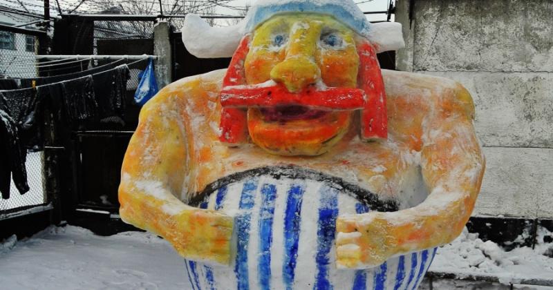 Сидельцы магаданских колоний лепят снежные скульптуры