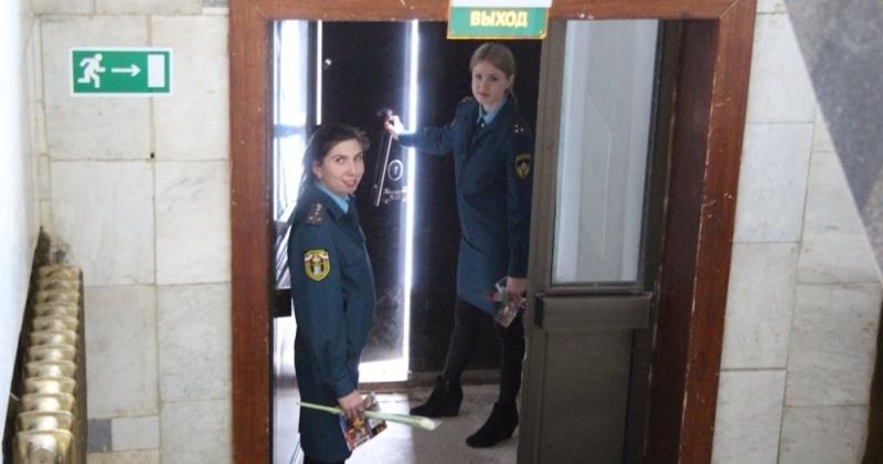 Пожарные инспекторы МЧС России ведут профилактическую работу в местах проведения торжественных мероприятий