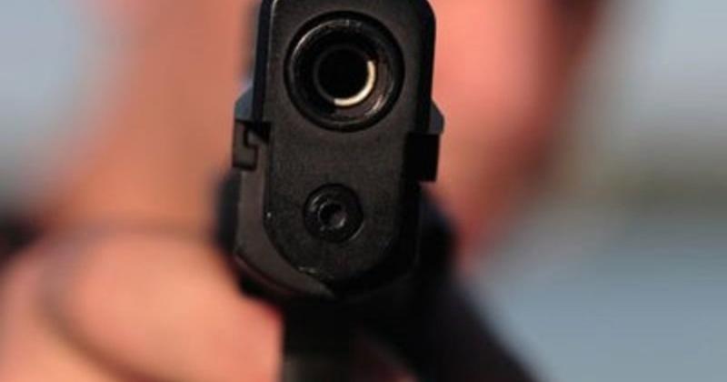 """Вооруженный человек ворвался в административное здание учреждения и взял в """"заложники"""" сотрудников учреждения"""
