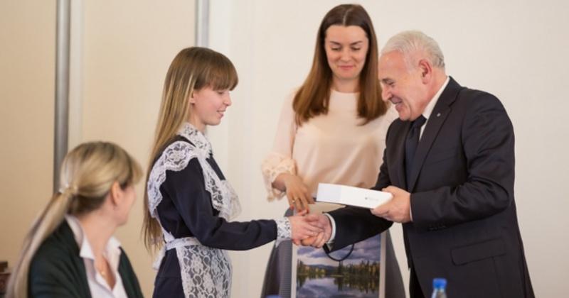 Губернатор региона Владимир Печеный наградил победителей конкурса «Учим побеждать»