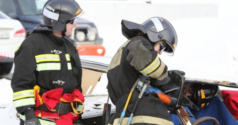 Кто быстрей вытащит пострадавшего из автомобиля выясняли спасатели Магадана