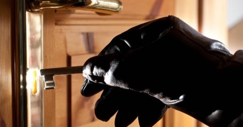 Ранее судимый магаданец без определенного рода занятий,  взломав замок, похитил телевизор и другое имущество общей стоимостью 50 тысяч рублей