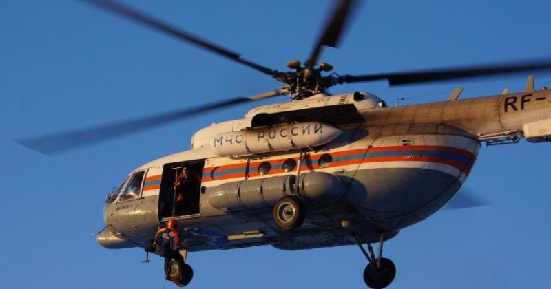 Магаданские спасатели на вертолете Ми-8 эвакуировали моряка с судна СРТМ «Тугур»