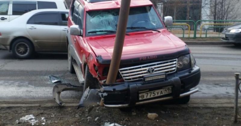 Водитель «Тойота-Ленд Крузер Прадо» в Магадане в состоянии алкогольного опьянения протаранил столб