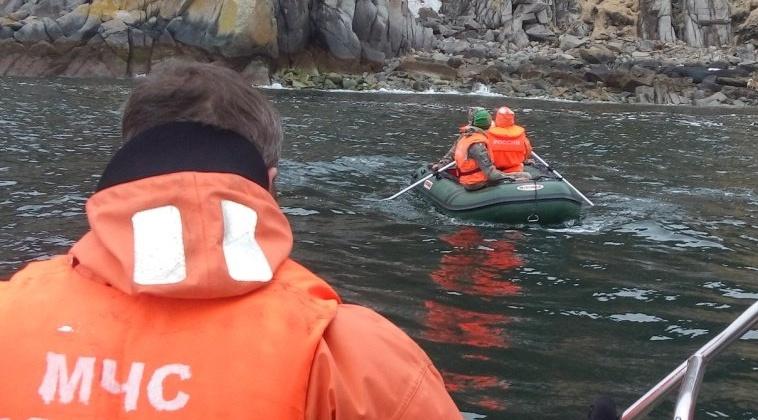 Магаданские спасатели эвакуировали рыбаков с мыса Чирикова в акватории Охотского моря