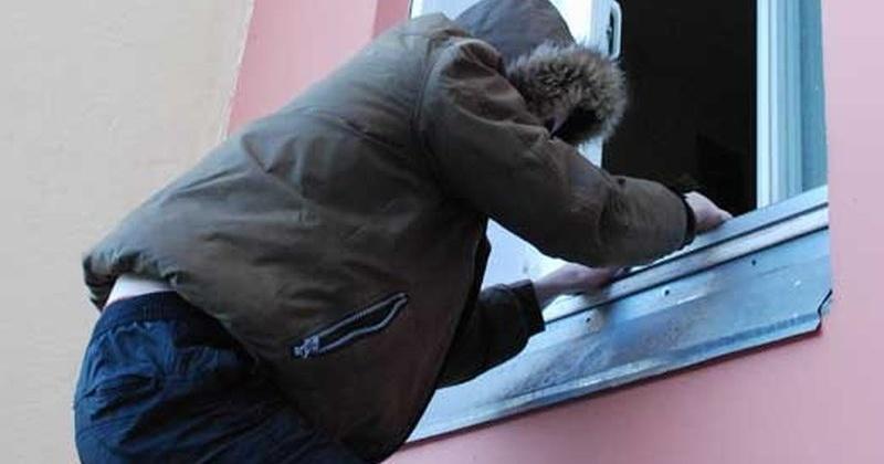 Телевизор и пылесос вытащил через окно ранее судимый 35-летний магаданец