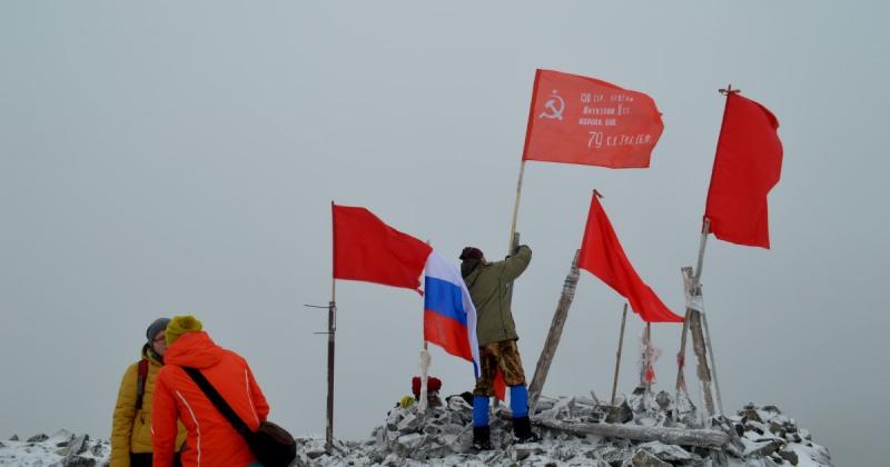 Традиционное восхождение на гору комендант в День Победы совершили магаданцы