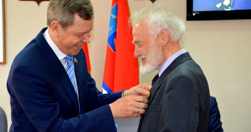 Рудольфу Седову вручили знак и удостоверение «Почетный гражданин Магаданской области»